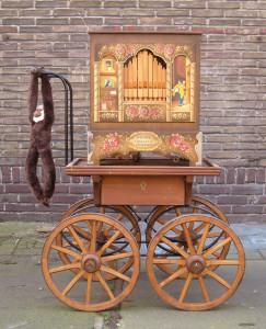 Raffin Meijer-Draaiorgels Raffin Een authentiek klein hand draaiorgeltje wat geschikt is voor binnenshuis.Dit orgel speelt op een jaarlijks terugkerend Dickens festijn, dit in combinatie met een uniek kostuum, zorgt voor een sfeervolle stemming. Ook een klein draaiorgel huren? dat is bij ons allemaal geen probleem.